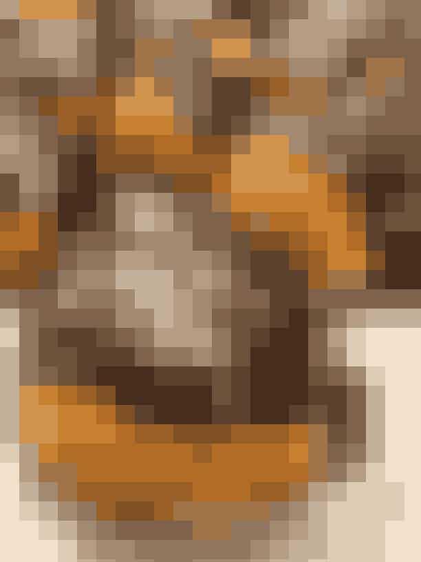 H.U.GHos H.U.G (der står for helt uden gluten), smagte vi på en gammeldags fastelavmsbollefyldt med mandelremonce og gurkemejecreme. Glutenfri, mælkefri og økologisk!Det bedste:Smagen af kardemomme i dejen er virkelig lækker, og bollen er dejlig luftig at bide ned i. Mandelremoncen er også helt perfekt, og så kan man SLET ikke smage eller fornemme, at den er gluten- og mælkefri.Det værste: Hvis vi ikke vidste, at der var gurkemeje i cremen, havde vi nok ikke gættet det. Den smagte ikke særlig meget igennem.Overordnet:Virkelig god fastelavnsbolle til den glutenintolorente.