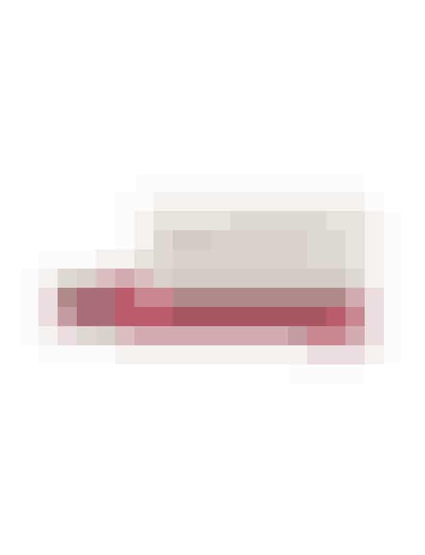 """""""Butterstick Lip"""", Kiehl's, 150 kronerLækker læbepomade ned farve og spf 25. Et super-koncept med beskyttelse og forskønnelse, som ELLEs Anne P. havde på sin top 10 i ELLEs juni-magasin. Den kan også sagtens bruges på kinderne, så du kan opnå en fin naturlig glød."""