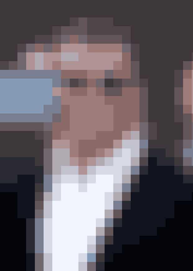 8. Sylvester Stallone og filmen 'Beverly Hills Cop'Rollen som Axel Foley, spillet af Eddie Murphy, gik i første omgang til Stallone - men Sylvester ødelagde sine chancer for at spille med i filmen, der på dansk hedder 'Frækkere end politiet tillader' - og det kostede ham dyrt i sidste ende. Grunden? Sylvester Stallone tog sig den frihed, at omskrive lidt her og der på sin rolle, så han selv synes, historien blev bedre. Dét brød producerne sig bestemt ikke om - og Eddie Murphy endte istedet med at tjene det svimlende beløb af 234.000.000 millioner dollars på rollen.