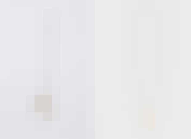 Bogstavshalskæden.Philos bogstavshalskæde blev revet ned fra hylderne, og den minimalistiske Celine-kvinde pyntede sig hurtigt med et stort bogstav i træ-lignende facon. Slimane fortolker på sin forgænger, og med den firkantede baggrund bliver nyfortolkningen for første gang mere klassisk i sit udtryk end dens forgænger.