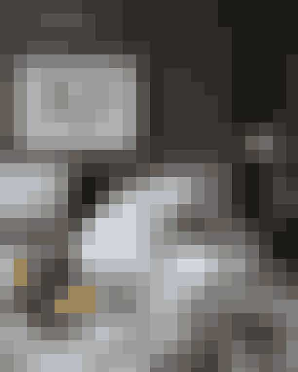 Nimb CopenhagenDet nyrenoverede hotel i Tivoli emmer af hjemlighed med sine værelser, hvor de fleste har pejse og moderne kunstværker af Cahtrine Raben Davidsen. Særlig attraktiv står den 1.536 kvadratmeter store Executive Suite, der er inspireret af hotellets grundlægger Vilhelm Nimb og hans forkærlighed for at underholde. Fra den kombinerede spise- og opholdsstue er der direkte adgang til en stor balkon, hvorfra man kan nyde synet af Tivoli med havens pantomimescene, blinkende lys og liv.Hvor:Bernstorffsgade 5, 1577 København