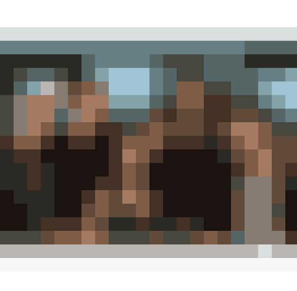 15. How I Met Your MotherDen amerikanske sitcom, How I Met Your Mother, er skabt af Craig Thomas og Carter Bays til CBS. Serien løb af stablen fra 2005 til 2014 og følger hovedkaraktererne Ted Mosby, Barney Stinson, Robin Scherbatsky, Lily Aldrin og Marshall Eriksen. Vennerne bor i New York, hvor vi følger dem i livets op- og nedture – og alt derimellem. Den humoristiske serie var nomineret til 30 Emmy Awards og vandt 10, lige så vel som serien, syv år efter dens premiere, vandt People'c Choice Award for Favorite Network TV Comedy.