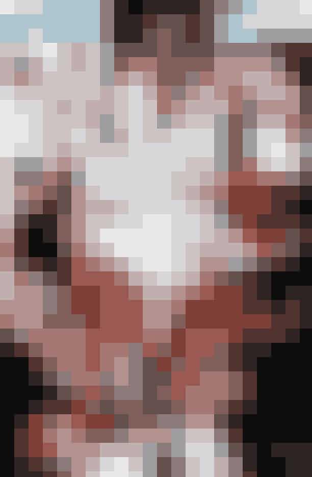 Onsdag kl. 17.10, forberedelse til Freya Dalsjø-show i Kødbyen:Åbningslooket til Freya dalsjøs show får sidste brush-up. Det inkluderer en gennemsigtig pyjamasskjorte, så Josephine Skriver har fået sat stof-lapper på brysterne for ikke at føle sig helt nøgen.