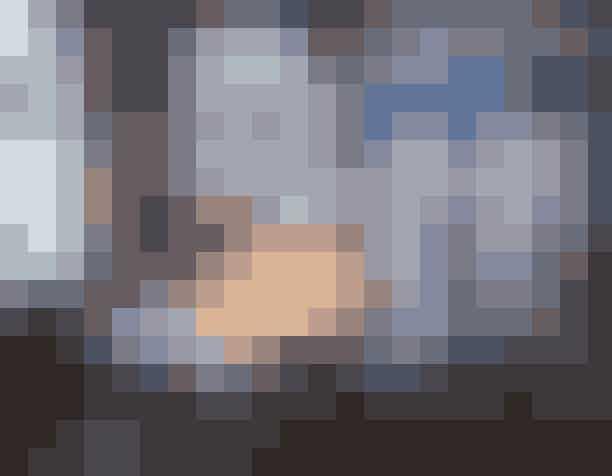 Cecilie Bahnsen har skabt et univers, hvor arbejde og privatliv flyder sammen i et miks af skandinavisk ro og engelsk klasse. Scenografien omkringhendes julebord består af væggei sart dueblå, et iøjnefaldende moodboard og et langbord, der deles af en reol. På den ene kan du opleve hendes kreative arbejdsrum, og på den anden side er der dækket op til julemiddag for to.