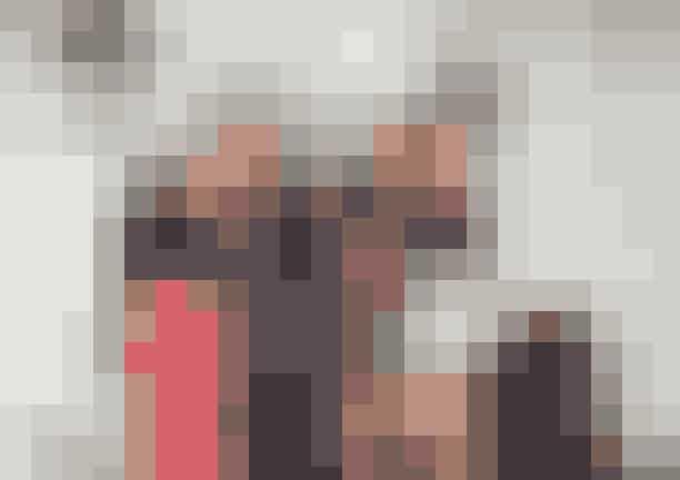 """Julie Brandt Dams hall, Hellerup:Mette Skjærbæk, kreativ direktør i Karmameju Skincare, 42 år.Julie Brandt Dam, kreativ direktør i Julie Brandt Interior & Design samt medejer af Rue Verte, 43 år.Tine Kjeldsen, kreativ direktør i og ejer af Tine K home, 43 år.Henriette Toft Westenholz, partner i Lobolab Arkitektur, 45 år.I har jo job, børn og forpligtelser – hvordan får man sneget fest indi en fasttømret hverdag?""""Børnene er blevet større ... det hjælper! Og vi er blevet bedre til med alderenat være i nuet – det handler i bund og grund om at have det sjovt.NU. Der er ikke nogen agenda i morgen, som råber højere end det dansegulv,vi står på. Vi har vores travle liv, og nok netop derfor er vi til stede,når vi er sammen. Tidligere oplevede vi, at der til festerne var mange, dervar fokuserede på: 'Jeg skal noget i morgen klokken 10' … Nu bliver derfestet bedre igennem og øjeblikket bare nydt. Man skal gøre sig lige såmeget umage som gæst, som når man er værtinde. Det betyder også, atman skal give sig helt hen og være til stede."""""""