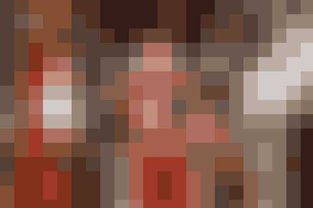 Turen ned ad kirkegulvetFra luften er det tydeligt at se, hvordan turen ned ad kirkegulvet varierede for de tre brude. Prinsesse Diana blev eskorteret ned ad kirkegulvet i St. Pauls Katedral af hendes far Earl Spencer, og Hertuginden af Cambridge blev også ført ned ad kirkegulvet af sin far i Westminster Abbey. Meghan Markle brød med den tradition, da hun gik ned ad kirkegulvet alene - indtil hendes svigerfar, Prins Charles, mødte hende på halvvejen og derfra førte hende op til en grædende (af glæde!) Prins Harry.