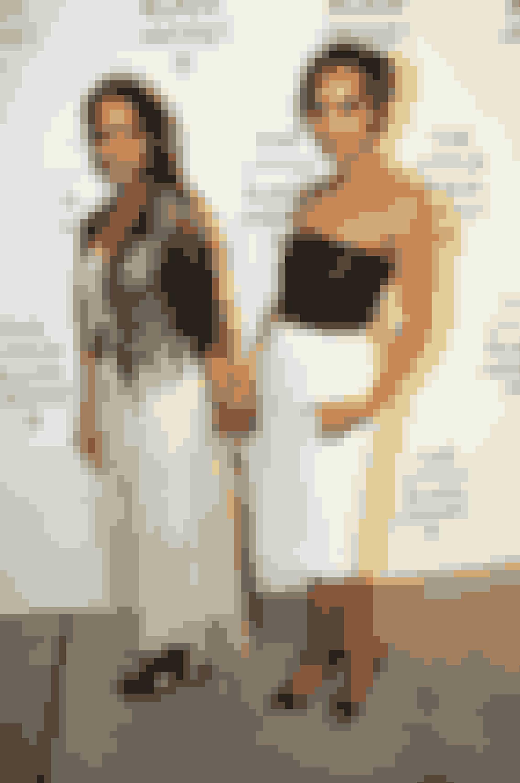 Lisa Bonet og Zoë KravitzForuden de meget smukke og næsten identiske gener Zoë har arvet fra sin mor, er hun også blevet beriget med sine forældres musikalske og kreative gener. Hendes far er som bekendt den verdenskendte musiker Lenny Kravitz, mens hendes mor er skuespillerinde, og Lisa selv er blevet begge dele. Hun er især kendt for sin rolle i den prisvindende serie Big Little Lies, og hvis du ikke har set den, så kom i gang!