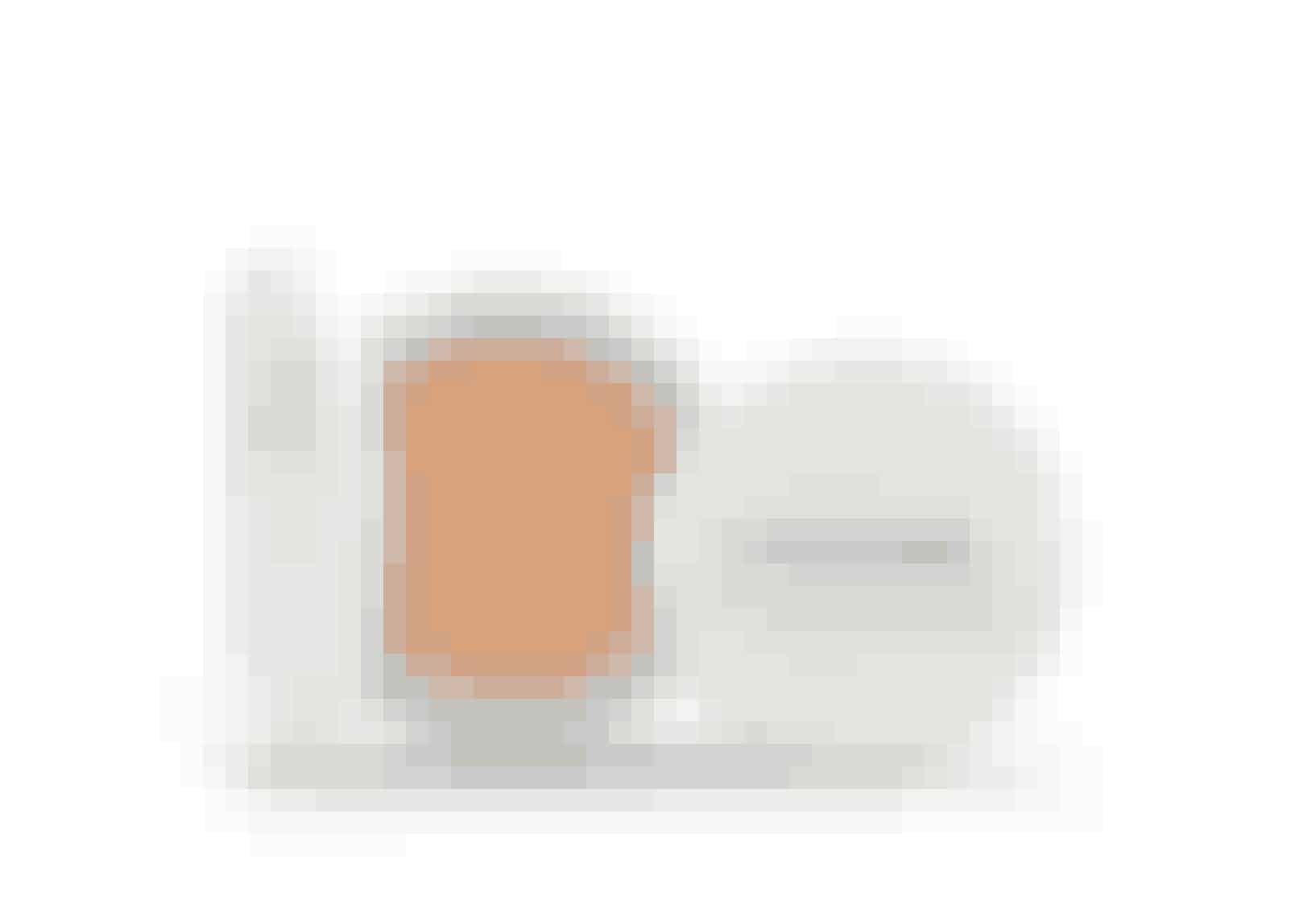 """Årets foundation:'Miracle Cushion', Lancôme.Thais Schreiner,skønhedsjournalist ELLE Brasilien:""""Jeg foretrækker normalt at påførefoundation med mine fingre, mendette produkt har ændret mingamle rutine. Makeupsvampen,der følger med, sørger for at fordeleproduktet på en måde, så det ikkeføles tungt på min hud.""""Miracle Cushion, foundation,Lancôme, 14 g, 225 kr."""