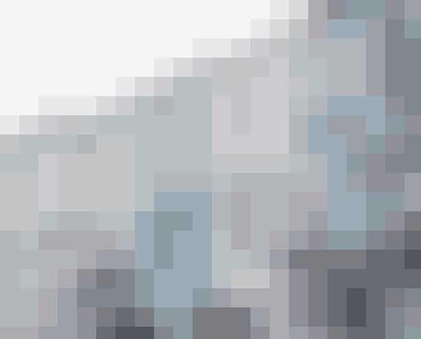 RedningspillerBoots er en institution;en blanding af apotek, håndkøb og Matas, hvor du kan få halve timer til at gå medat udforske det enorme udvalg. Bl.a. af fantastisk håndkøbsmedicin, der ikke fås iDanmark – som 'Anadin Ultra', tryllemiddel mod ryg-, muskel- og hovedpinesmerter,2,69 pund. Jeg er desværre verdensmester i at redde mig flænger eller rifter på skinnebenene.Det ordner 'Arnica Bruise', en hele-gelé mod ar, 4,39 pund (arnica i pilleform,5,20 pund). Forkølelseshoste kan forpurre oplevelsen af verdens bedste skuespillereog teatre i London. Det klarer 'Tyrozets – quickly numb throat pain' til 3,59 pund. Påsamme måde har 'Day & Night Nurse', magiske dag- og natpiller, reddet mig og mineveninder fra forkølelse eller influenza mange gange, 5,99 pund.Boots Blondinensbedste venDen bedste shampoo og conditioner til os blondiner er fra JohnFrieda. 'Sheer Blonde' eller 'Go Blonder' koster 5,99 pund pr. stk., men man får somregel tre for tos pris. Én koster 90 kr. herhjemme!