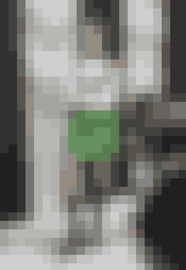 Look 3:Smukke Coco O. i en opdateret udgave af Gannis spencerkjole. Vi er vilde med den grønne farve og den cool, asymmetriske lynlås, som selvfølgelig er stylet med lange, chunky støvler!
