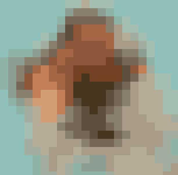 Earring (ørering)NavneordEn af de mest ikoniske scener i realityprogrammets historie finder sted, da Kardashian/Jenner-familien er på ferie i Bora Bora. Kim var på dette tidspunkt kærester med Kris Humphries, som for sjovt vælger at kaste Kim i det smukke, blå hav med alt sit tøj på – sjovt, tænker du nok? Nej, ikke for Kim! Hun mister nemlig sin (meget!) dyre diamantørering i havet, og begynder at panikke og græde hysterisk, hvoraf hendes populære Ugly Crying Face også kommer fra.Men bare rolig, Kylie fandt hendes ørering igen, so all is good!