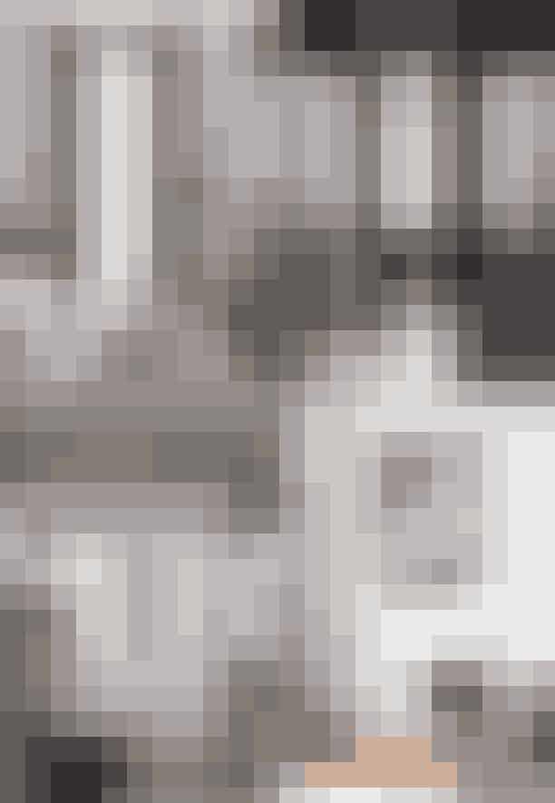 I soveværelset finder man endnu en Serge Mouille-lampe, denne gang i en trearmet gulvversion, der er sat sammen med en 'CH07'-skalstol designet af Hans J. Wegner. Det praktiske walk-in-closet og det nye badeværelse, der ligger hævet op med udsigt til soveværelset, får lov at stå rent i udtrykket.
