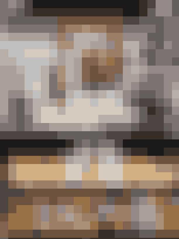 Gæstebadeværelsets art deco-møbel, købt hos Green Square, er oprindeligt skabt til sokker og slips, nu fungerer det som udstilling af designerens samling af bl.a. antikke sølvsmykker købt på rejser til Oman og Indien. Lampen er designet af italienske Joe Colombo, hvis design Malene Birger samler på. Billedet er af Freuds seng i London. Skulpturen er skabt af danske Sunny Asemota.