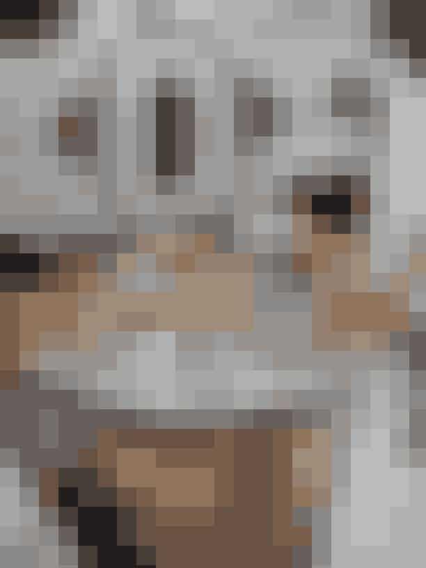 """""""Jeg har altid gået med smykker, mange smykker – jeg træner og sover også med smykker på!"""" erklærer Malene Birger, som har en meget personlig samling af smykker af alle fra Ole Lynggaard Copenhagen, Marlene Juhl Jørgensen, Griegst, Orit Elhanati, Céline og Chanel til markedsfund fra Bangkok, Indien og Kina. Puden er broderet af veninden og Comosø-naboen Marianne Brandi, mens skålen er fra favoritkeramikeren Jesper Packness i St. Kongensgade i København."""