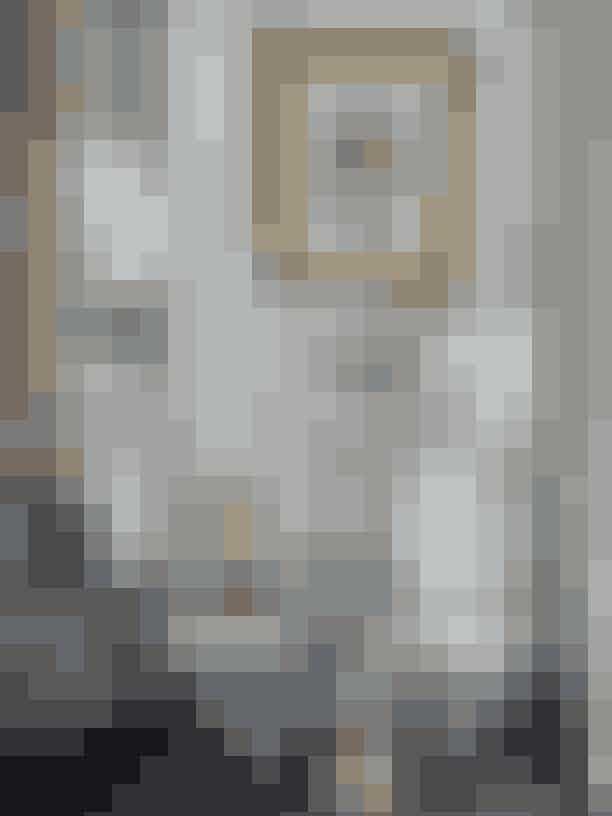 """Skulpturen af Schiavocampo købte Malene Birger i Paris i 2011 for næsen af Karl Lagerfeld. I den periode blev hun """"pludselig besat af 1970'erne – det meget rene i udtrykket, kontrasten til alt andet, jeg ellers blev draget af."""" Maleriet er købt på auktion i New Bond Street, London."""