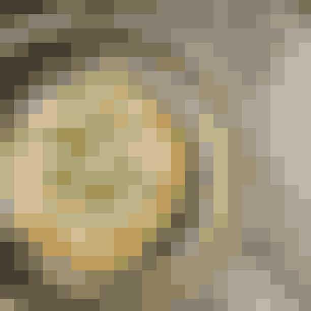 MasVinoMasVino er en mad- og vinbodega, hvor du kan sidde i baren og få et enkelt glas af det røde guld, eller du kan nyde en autentisk 5-retters ved langbordet. Bodegaen med det røde neonskilt er en skjult lille perle, som er gemt væk i en lille gård i Latinerkvarteret. De rustikker omgivelser giver en afslappet og uformel stemning, der gør, at vinen smager af et glas mere, og aftenen hurtigt bliver længere end planlagt.Hvor:Klosterport 4