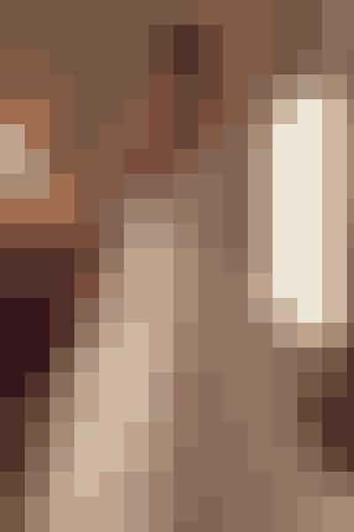 Rachel – 'Suits'Når du forestiller dig Meghan Markle i en brudekjole, er det højest sandsynligt den skræddersyede Givenchy-brudekjole, som hun bar under sin vielse med prins Harry. Men faktisk er hun blevet gift før, dog på det store lærred.Her blev hun som karakteren Rachel i serien 'Suits' gift i en ærmeløs og meget elegant kjole med v-hals.