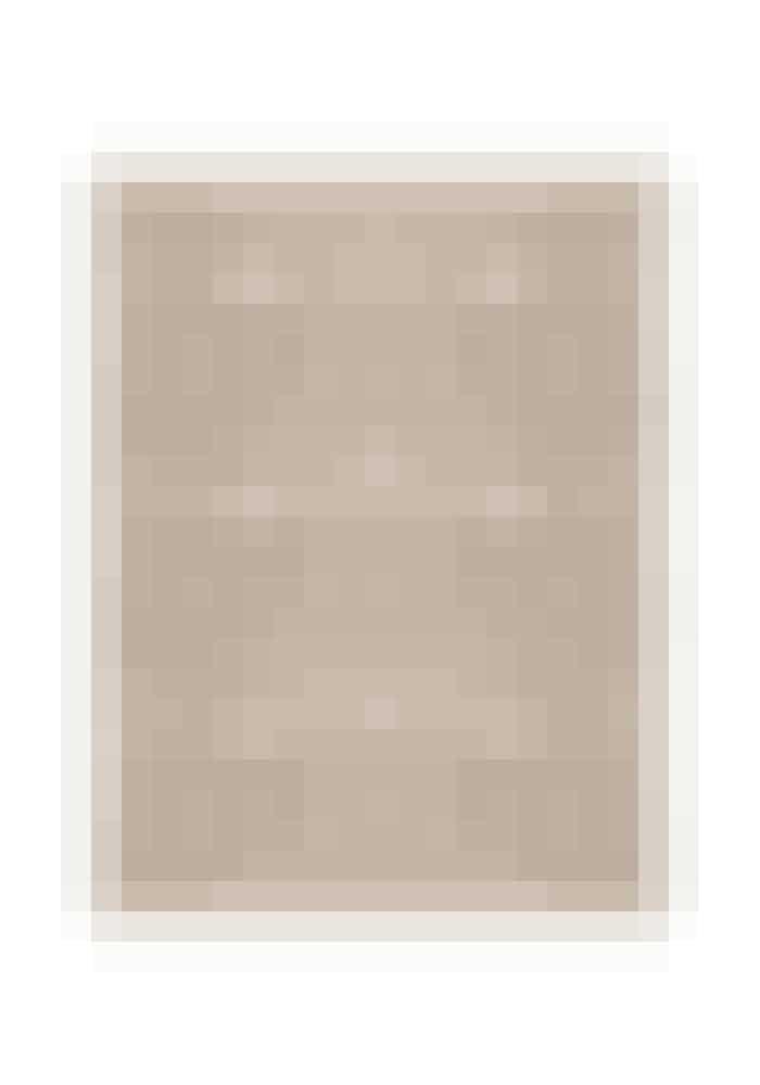 Hvad mangler man altid på en ferie? En sarong! Dette tørklæde fra superbloggeren Elin Klings mærke Totême kan også bindes som en top eller bruges om halsen, når sommeren er forbi. Monogram-silketørklæde, Totême, 1.985 kr.