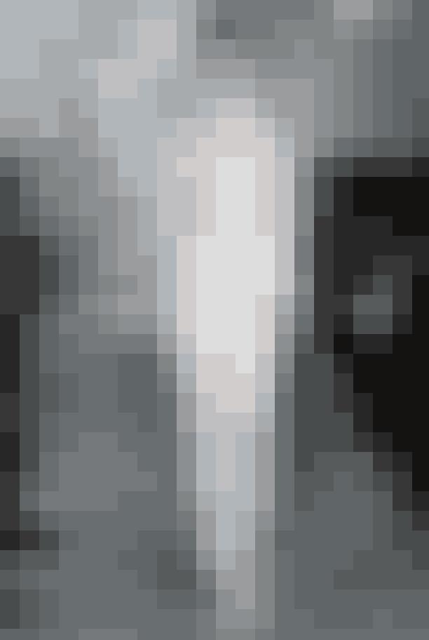 Den romantiske stilLidt utraditionelt for en brudekjole har designerne for 2020 løftet halsudskæringen og forlænget ærmerne, så de giver et nymoderne touch på den romantiske stil og ærer den Victorianske periode. Det giver brudene mulighed for at gå ned ad kirkegulvet i et traditionelt look, som samtidig emmer af klassisk stil.En kjole af Mira Zwillinger.