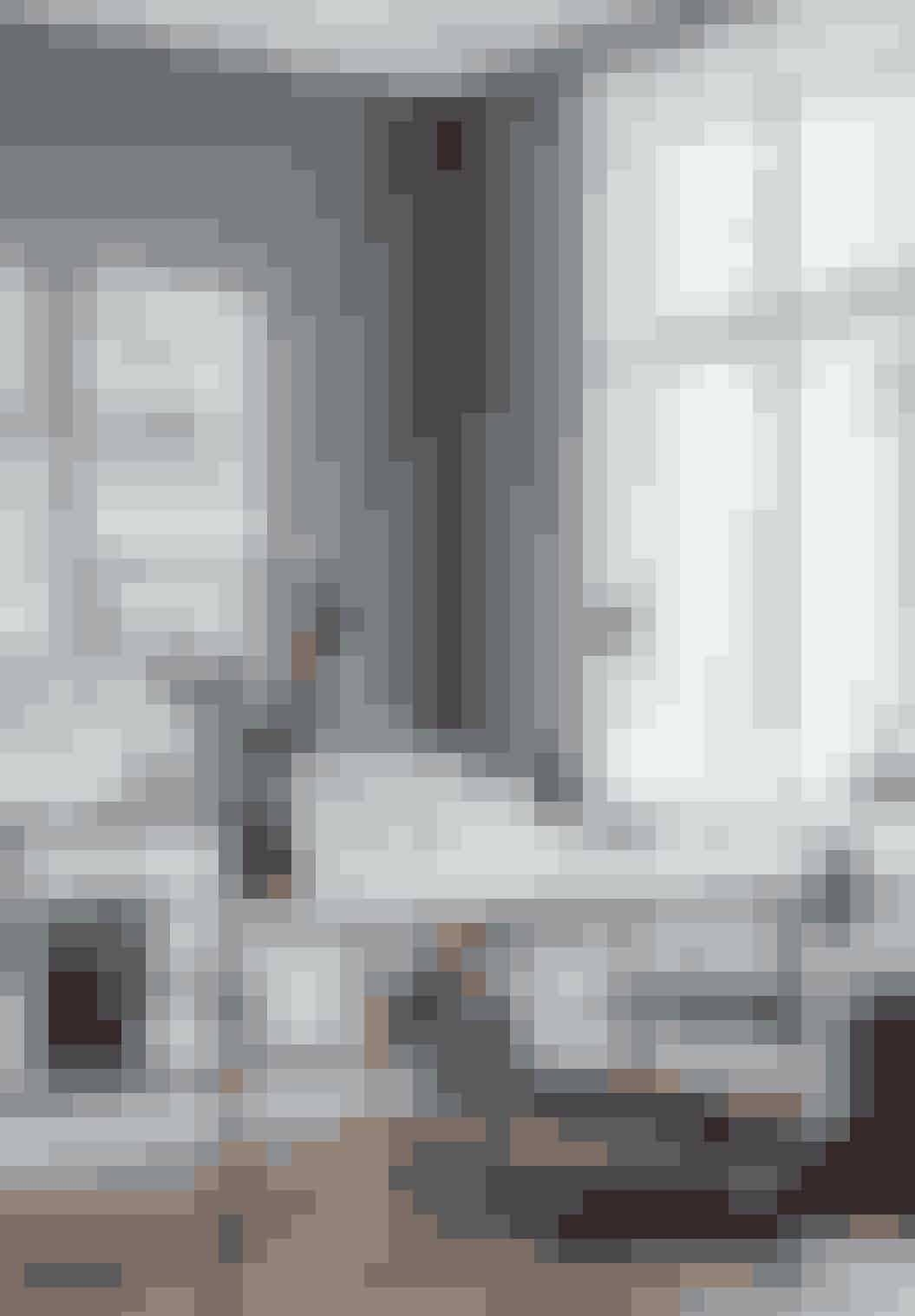 Skrivebordet er et Børge Mogensen-foldebord, som Cille har fundet antikt. Vasen på bordet er en gammel Royal Copenhagen-vase, lampen er fra Bestlite, og 'Kevi'-stolene er dels fra hendes barndomshjem, dels fundet til storskrald. Kelim-tæppet er fra Tyrkiet.
