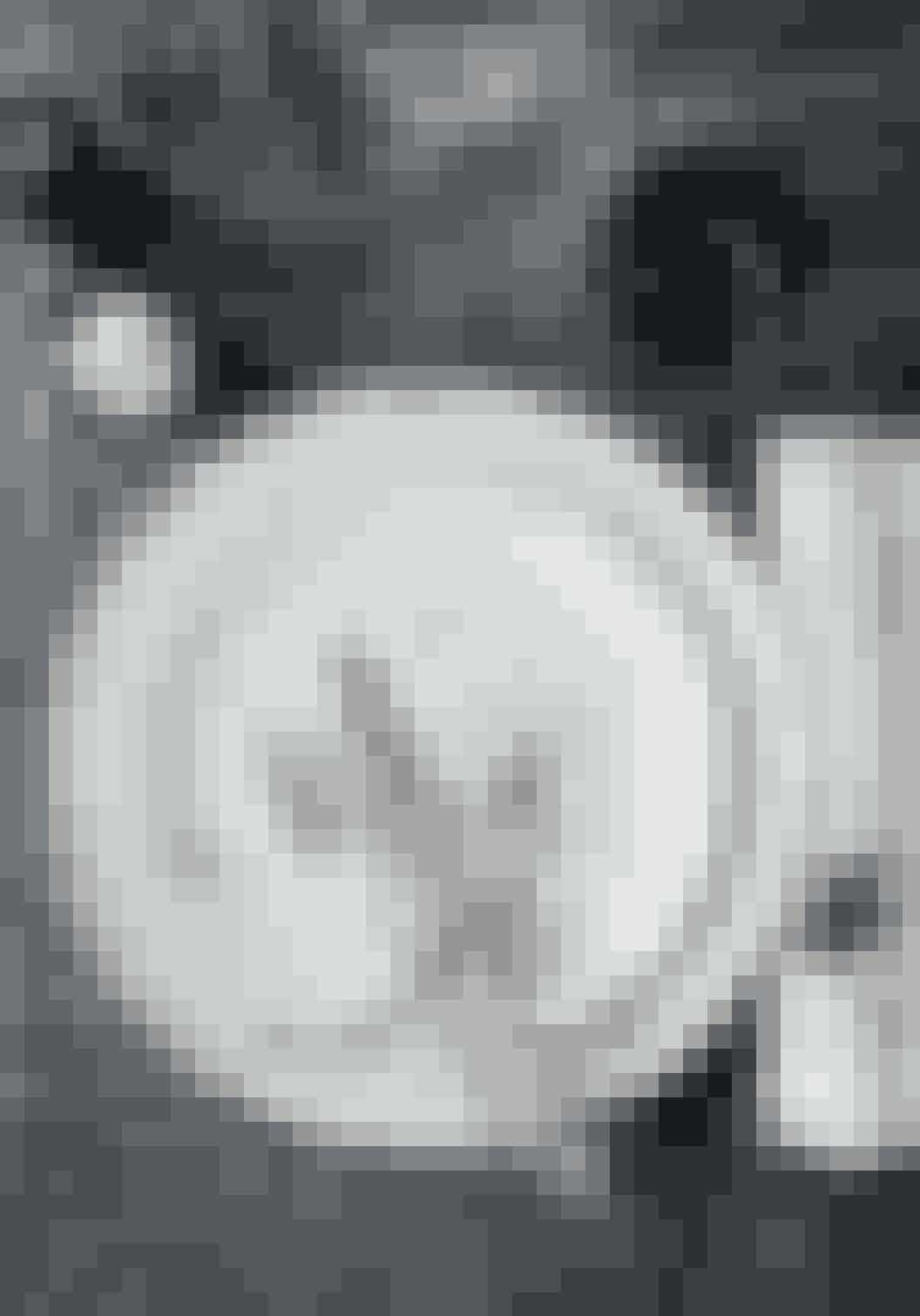 Cille Grut dækker op med hørdug fra Society, grå 'Element'- og 'Flora'-tallerkner fra Royal Copenhagen, glas fra Holmegaard, peberkværn fra English Silverhouse, saltskål lavet af guldsmed Torben Hardenberg og sølvbestik fra Living Georg Jensen.