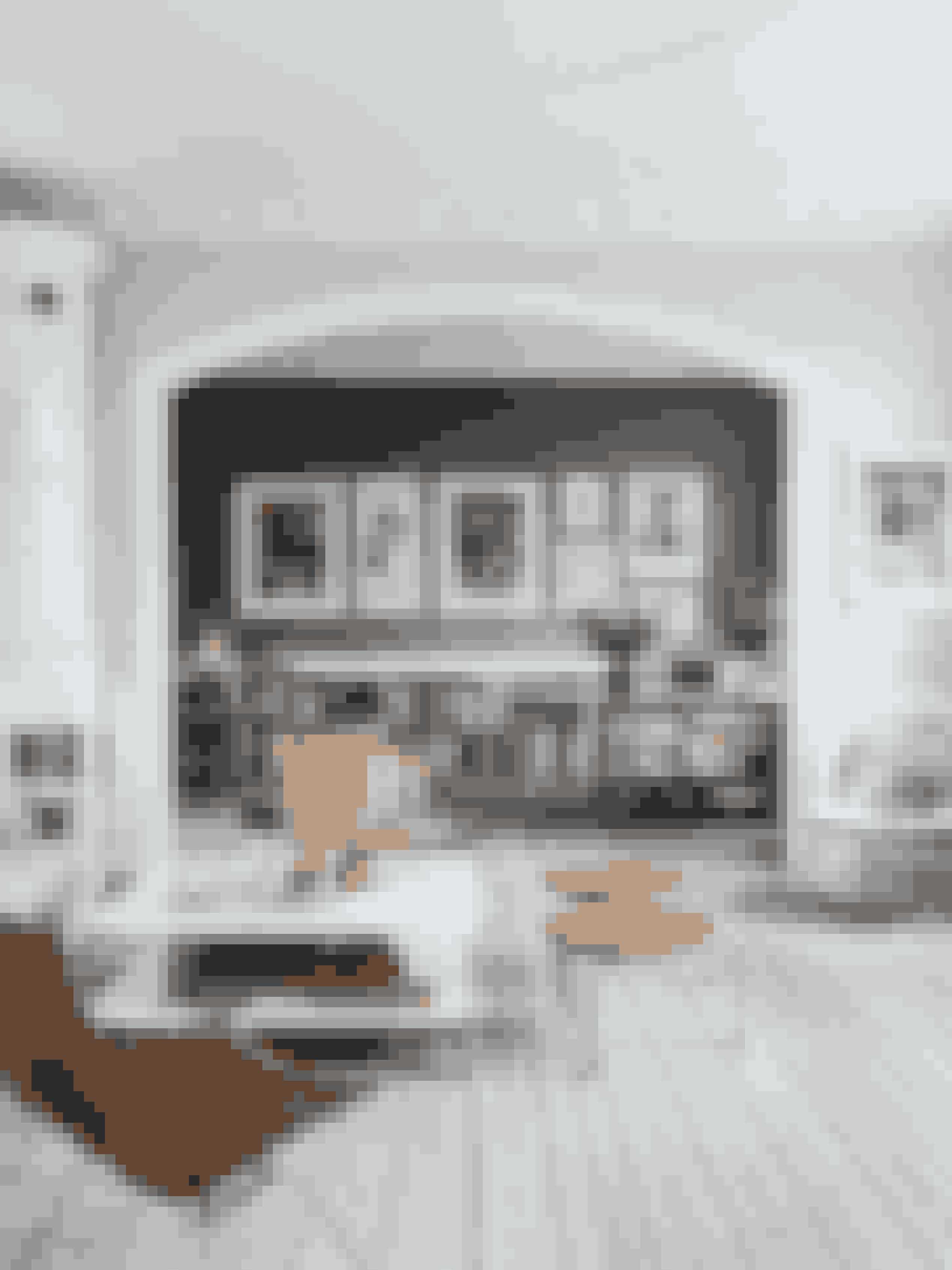 I stuerne opleves familiens glæde ved grafik. I forreste stue står en 'Beetle Chair' fra Gubi med et betræk af Pierre Frey sammen med skamler og loungestole af Poul Kjærholm. Sofaen er fra Ikea, for den skal der kunne spildes i. 'Kubus'-stagen er fra By Lassen.