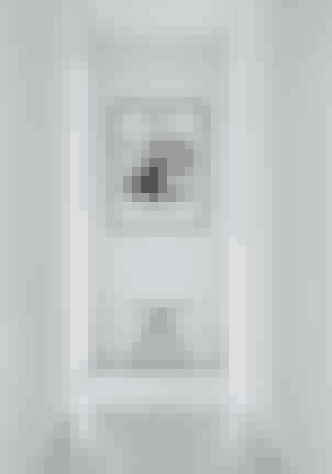 For enden af gangen står skamlen 'Angel' fundet hos Illums Bolighus. Det sort-hvide Irving Penn-foto over den fanger hurtigt øjet.