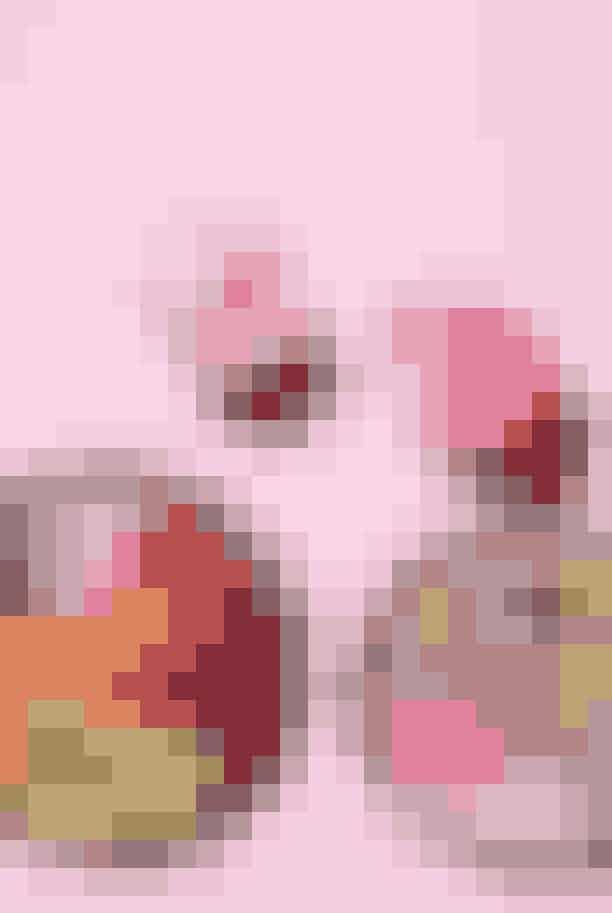 ELLE Poké Bowl med lynstegt laks, syltet ingefær, radiser, agurkestrimler, syltede rødløg og pink ris (kogt med rødbedejuice). Pris: 115 kroner
