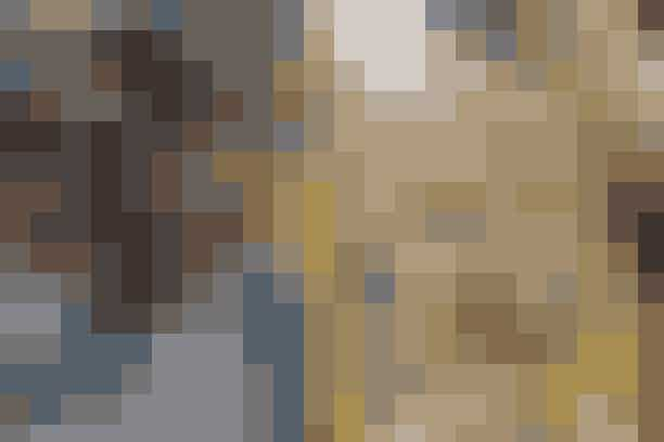 Napoli, Italien: San Gregorio ArmenoNapolis charmerende gade San Gregorio Armeno fyldes med liv omkring jul, hvor strøgets mange butikker sælger små figurer, der afbilder Jesu fødsel, i alle afskygninger. En lokal tradition foreskriver, at byens beboere designer deres egen version af begivenheden (en såkaldt presepe), så det er ikke ualmindeligt at se Jesus og Maria iblandt pizzabagere, eksotiske dyr og karikaturer af en række berømtheder. Når du har kreeret din egen version, er det oplagt at dykke ned i traditionelle napolitanske julelækkerier som rococo-småkager, susamielli-kager og dybstegte struffoli-boller. Julemarkedet har – som et af de eneste – åbent hele året rundt, men der bliver skruet ekstra op for julehyggen i december.