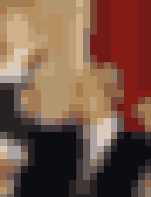 Nelson MandelaSydafrikas første præsident og hele verdens retfærdighedskæmper Nelson Mandela mistede sin far til en lungesygdom, da han var 12 år gammel. Herefter blev han adopteret af Thembu-folkets lederJongintaba Dalindyebo og hans kone. Nelson flyttede fra sin lille landsby og ind til hovedstaden for at bo sammen med sine adoptivforældre, og det var her, at Nelson begyndte at uddanne sig.