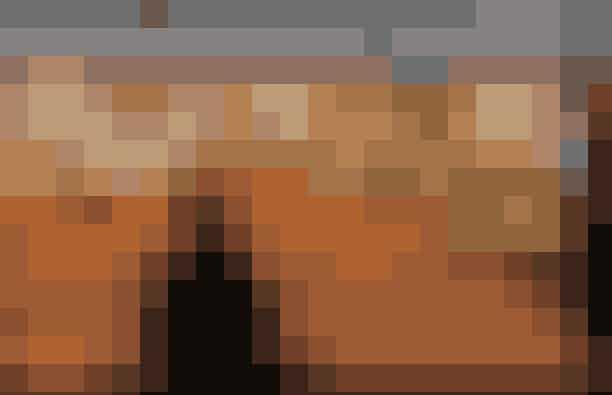 Nürnberg, Tyskland: ChristkindlesmarktHvert år aflægger 2 mio. mennesker det Nürnbergske julemarked en visit – og det er med god grund, at markedet er så populært. Nürnbergs julemarked går helt tilbage til det 17. århundrede, og med sine 180 stande er det et af de største i Tyskland. Markedet ligger i den gamle bydel og kan spottes på lang afstand på grund af sine rød/hvide farver. Varm dig på en kop med den lokale blåbærgløgg Heidelbeer Glühwein. Den serveres med en lang række traditionelle delikatesser såsom Nürnberger Lebkuchen (honningkager med chokoladeovertræk) og de legendariske grillede Nürnberg-pølser, hvis opskrift stammer helt tilbage fra 1497. julemarkedet er åbent fra 29. november til 24. december.