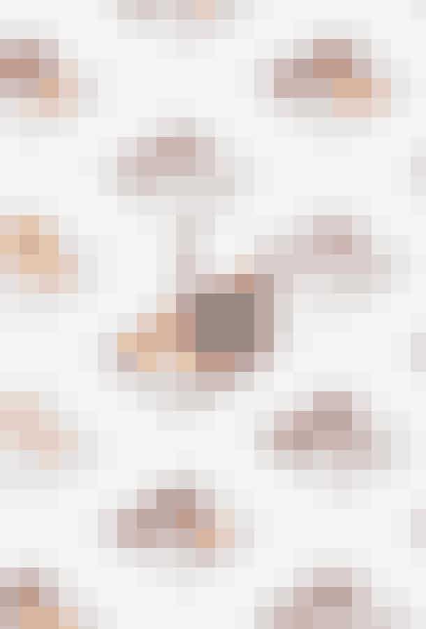 Der er på overfladen tale om en klassisk øjenskyggepalette med tre farver, men så snart man åbner den lille nye sag fra Glossier, opdager man, hvordan den er mere moderne end som så – og i øvrigt meget Glossier; farverne spænder fra en chokolade-brune Teak til en olivengrønne Prairie, 10 seje farver i alt, spejlet er indbygget, men kan tages ud, og så kan hver enkelt farve i paletten påfyldes igen og igen, når den er brugt op. Og nåh ja, så holder virkelig godt!Monochromes Essential Eyeshadow Trio, Glossier, 160 kr.