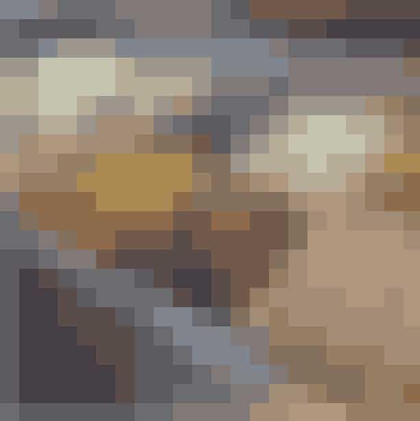 Oluf IsOlufs Is ligger i hyggelige omgivelser på Olufsvej, som ligger parallelt med Brumlebyen, og hos Olufs Is finder du frisklavede italienske ispinde, alle sammen lavet på økologisk mælk. Du finder ingen traditionelle vafler eller iskugler, men du er alligevel garanteret en rigtig god oplevelse, for hver dag bliver der eksperimenteret med både overtræk og krymmel.Hvor:Olufsvej 6, 2100 København Ø