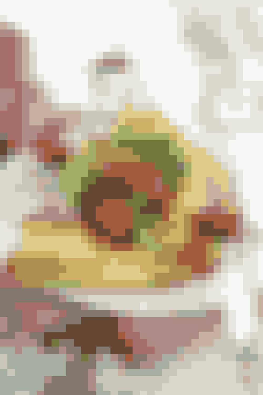 """Sund omelet:Den """"sunde"""" 2 æg, lidt minimælk, grøntsager evt fra frost spinat, broccoli, champignon og cherrytomater, evt lidt kylling, kalkun eller skinke og lidt revet ost fx parmesan eller gedeost .Omeletten er en lækker lille luksus i en stresset hverdag. Den har et relativt højt protein indhold, og så er det en nem måde at få lidt ekstra grønt indenbords allerede fra morgenstunden."""