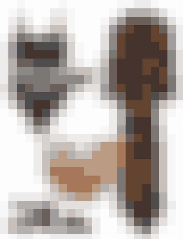 Pak kufferten:Badedragt, Totême, 800 kroner,Kurvetaske, Cult Gaia hos Lot#29, 1.150 kroner,Sandaler, Wood Wood, 1.600 kroner,Slå om-kjole, Ganni, 1.700 kroner,Katteøjne-solbriller, Céline, 2.160 kroner