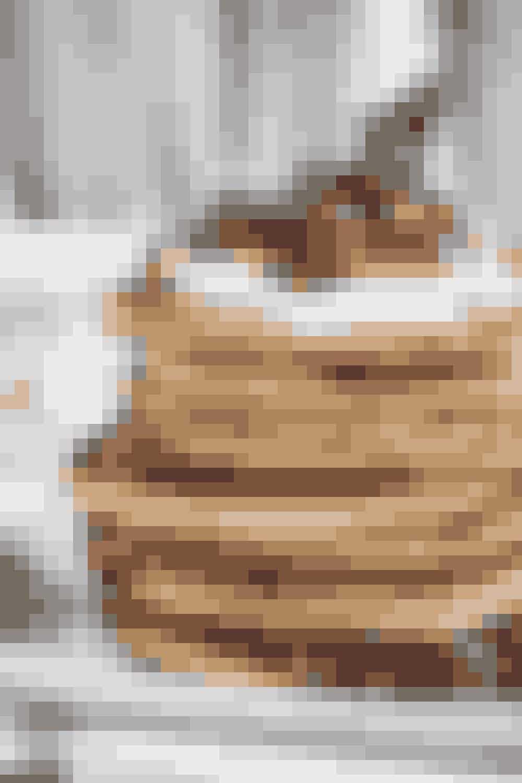 Sunde klatkager: 1 stor moden banan, 2 æg, 1 spsk, affedtet kokosmel evt. 1 tsk vanillesukker. Topping: 1 spsk. skyr + lidt kanel (ca. 4-6 pandekager). Mos banen og pisk det sammen med æggene, tilsæt kokosmel og evt. vaniljesukker. Steges i lidt smør ved middelsvag varme. Lækkert alternativ til søndagsbrunchens tunge amerikanske pandekager med sirup.