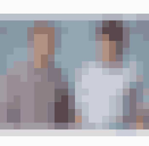 """2. Peep ShowPeep Show er en britisk sitcom skabt af Jesse Armstrong og Sam Bain. I serien følger vi det dysfunktionelle vennepar, Mark Corrigan og Jeremy """"Jez"""" Usborne, i deres lejlighed i Croydon, London. Mark er en negativ, socialt akavet lånmanager og Jeremy en doven, useriøs og arbejdsløs musiker. Gennem serien hører vi Mark og Jeremys tanker som voice-overs, hvoraf titlen, Peep Show, kommer fra. Serien havde premiere i 2003 og havde sin sidste sæson i 2015 efter 9 sæsoner."""