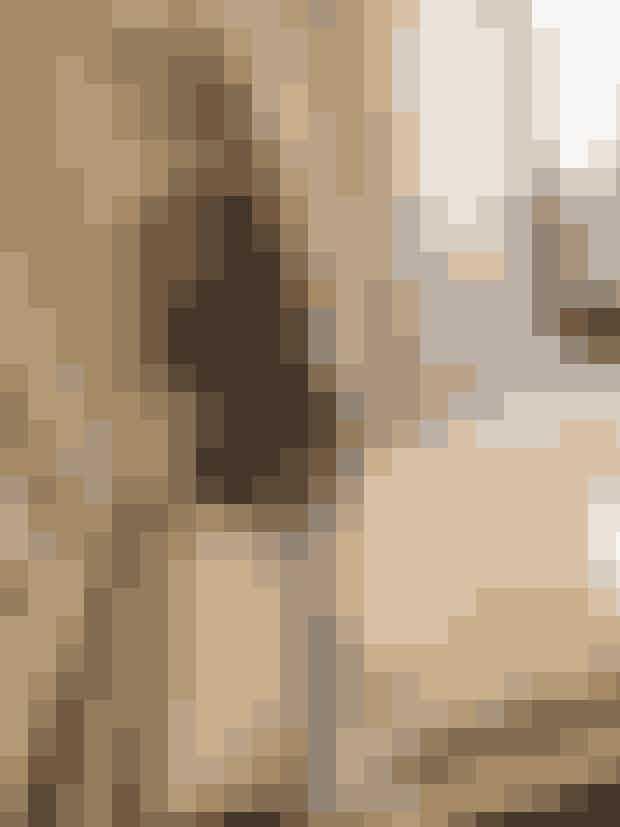 """Jeg (Pernille Teisbæk, red.) ankom dagen før showet til Paris og tjekkede ind på det smukke hotel, the Peninsula og derefter direkte til en middag på The Ritz sammen med resten af den internationale pressebande. Vi mødtes alle til drinks ude i den smukke gård forinden, hvor jeg fik catched op med bl.a. den nybagte mor, Leandra Medine. Middagen foregik indenfor i den pompøse guldbelagte sal med en flot 3 retters menu og derefter direkte hjem på hovedet i seng, så jeg var frisk til en spændende og kulturel dag og ikke mindst showet torsdag aften""""."""