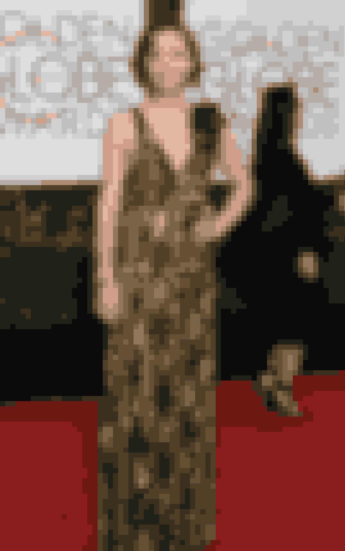 Maggie GyllenhaalMaggie er datter af instruktøren Stephen Gyllenhaal og manuskriptforfatteren Naomi Foner. Hun er desuden også storesøster til Jake Gyllenhaal, så naturligvis lå det i kortene for denne amerikanske skuespillerinde, at hun skulle brede sine fingre ud på flere områder end skuespillet. Senest har hun produceret tv-serien 'The Deuce', som hun desuden også spiller hovedrollen i.