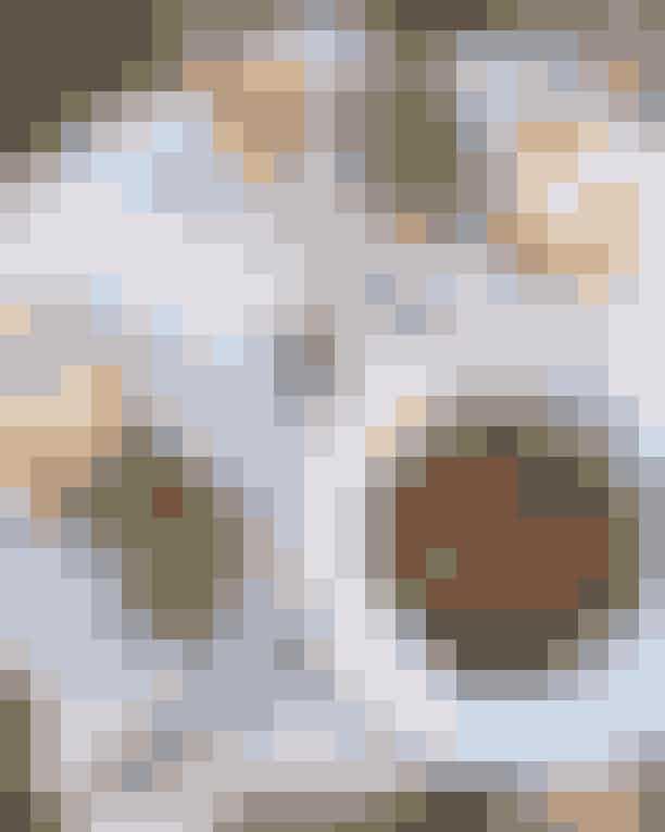 Promenaden 1932På det herskabelige Frederiksberg Allé ligger denne moderne franske perle med danske noter. Nyd en hurtig morgenmad, hvis du er på farten, eller slå dig ned og bliv vartet op af kompetente tjenere. Senere på dagen kan du nyde et stykke smørrebrød eller deres lækre aftenklassikere. Desuden tilbyder de også en teater-menu, hvis du er på vej i teatret. Lokalerne prydes af smukke og visuelle illustrationer, der skaber en fin og elegant stemning.Hvor: Frederiksberg Allé 58, 1820 Frederiksberg.