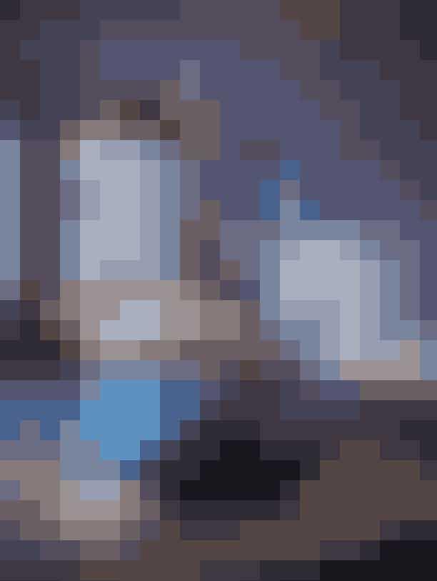 For kunstsmeden Ramus Andersen består julen af lige dele kaos og tradition, hvilket også genspejler sig i hans julebord. Det mørke vinterunivers, der er fyldt med metalvaser, stager og blomster smedet af Rasmus selv, er på engang maskulint og feminint fragilt. Rasmus har valgt at sammenkæde det hårde og det bløde med Multifarvet Elements porcelæn.