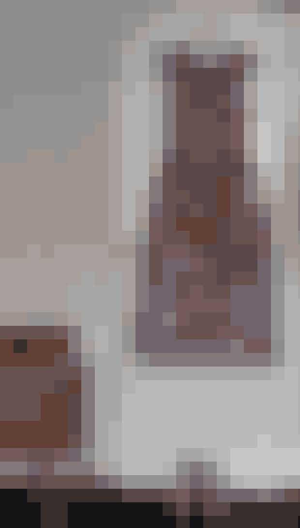 'Komfort'-kjolen kalder REbekka den lange kjole fra Yde - for den virker altid og hun bruger den også gerne til hverdag med en sweater over. Ruskindsskoene er fra Valentino, og den klassiske 'Safari'-stol, tegnet af Kaare Klint, har Rebekka fundet på et loppemarked.