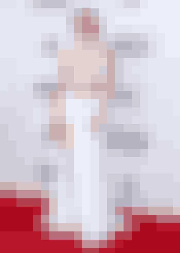 """Gigi Hadid, november 2015Gigi Hadid og Joe Jonas slog op blot måneder efter, de to mødtes. Og selvom det bare ikke var meant to be mellem topmodellen og den amerikanske sanger, så beviste Gigi altså stadig, at man skal se drøn-lækker ud efter bruddet med ekskæresten. Dette satte Gigi en tyk streg under, da hun til American Music Awards i 2015 troppede op på den røde løber iført denne smukke, hvide kjole og en overraskende ny frisure. Aldrig har Coco Chanel haft mere ret, idet hun engang så berømt udtalte:""""En kvinde, der klipper sit hår, er en kvinde, der forbereder sig på at ændre sit liv""""."""