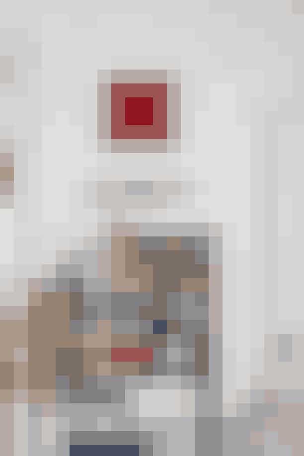 Kristine Engelbrecht står bag det røde relief-værk, som er det seneste, Rikke har købt til sit hjem. Hun faldt især for den stærke farve, der er fra File under Pop, som hun også selv maler sine vægge med. 1970'er-gulvlampen med de røgfarvede glas er købt på Lauritz.com.