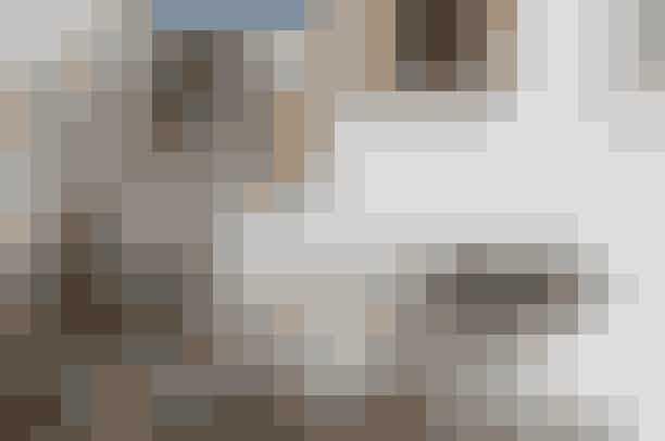En af Rikkes yndlingsgenstande er den høje bordlampe skabt af Cathrine Raben Davidsen – Rikke faldt især for samspillet mellem farverne, keramik-ken og stofligheden. Lampen med den grønne skærm er en 'Snoopy' designet af Achille Castiglioni for Flos, mens lysestagen er en 'Nagel'-sølvstage.