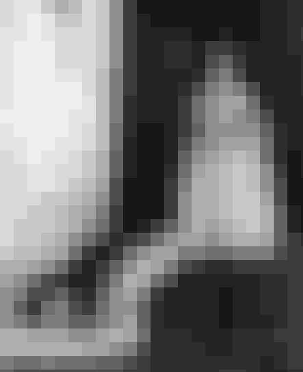Dronning Elizabeths kroningskjoleDronning Elizabeths kroningskjole er vurderet til at være et af de vigtigste eksempler på design fra det tyvende århundrede. Designeren Norman Hartnell fik til opgave at designe kjolen tilbage i oktober 1952, og senere fremviste han dronning Elizabeth ni forskellige forslag. Dronningen accepterede det ottende forslag, men foreslog en tilføjelse af broderier i forskellige farver og i juni 1953 bar hun så det endelige resultat under sin kroning.