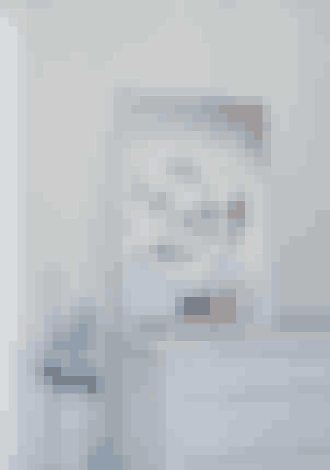 Kommoden og lampen i soveværelset er arvet. Begge er malet i grå nuancer for at skabe en helhed. Fotografiet er fra en kogebog, Marie Louise har skudt billeder til for Restaurant Kadeau.