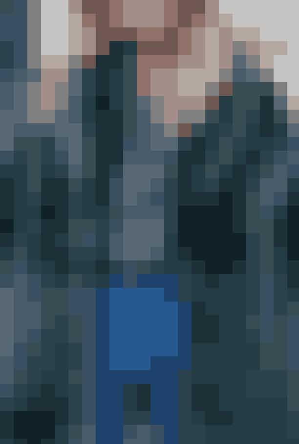 Sådan styler du den farvede pels: Små detaljerKunstpels, Samsøe & Samsøe, 2.000 kr. Blomstret skjorte, Nué Notes, 700 kr. Hoop-øreringe, Maria Black, 900 kr. Dobbeltkæde, Rebekka Rebekka, 1.350 kr.