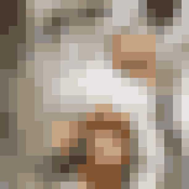 Restaurant Schønnemann.Hos Schønnemann i Indre By har man serveret klassisk, dansk frokst siden 1877. Her får du (måske) Københavns bedste smørrebrød, og den skylles gerne ned med både øl og snaps. Du sidder side om side med turister, men så kan du jo passende lære dem om remoulade og stjerneskud. Husk at book bord - alle vil påSchønnemann.Hvor:Hauser Plads 16, 1127 København K.Se mere her.