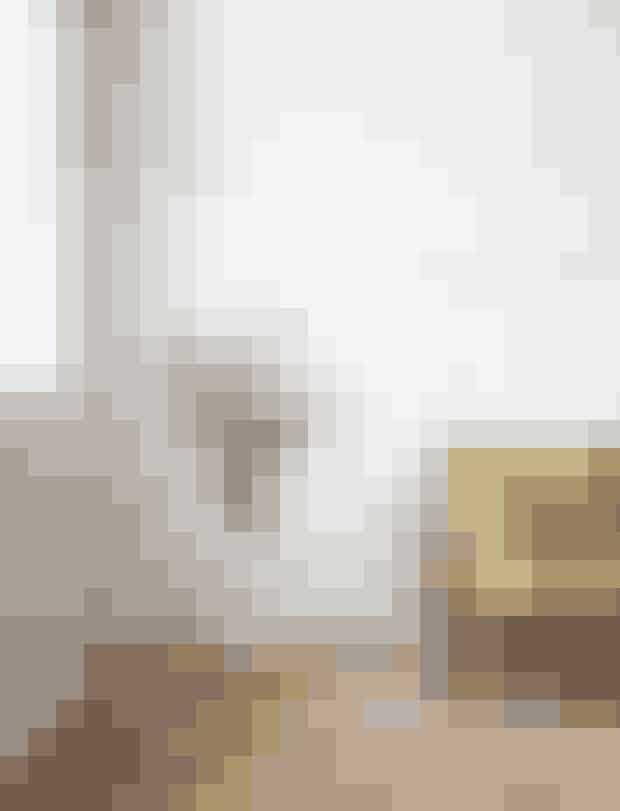 En stor vild buket, der leder tankerne mod farverige blomstermarker, er et must. Her i selskab af &Traditions 'Lato'-sidebord designet af italienske Luca Nichetto og &Traditions 'Fly'-sofa, som Space Copenhagen står bag. Sidebord: 3.495 kr. Sofa: fra 16.000 kr.